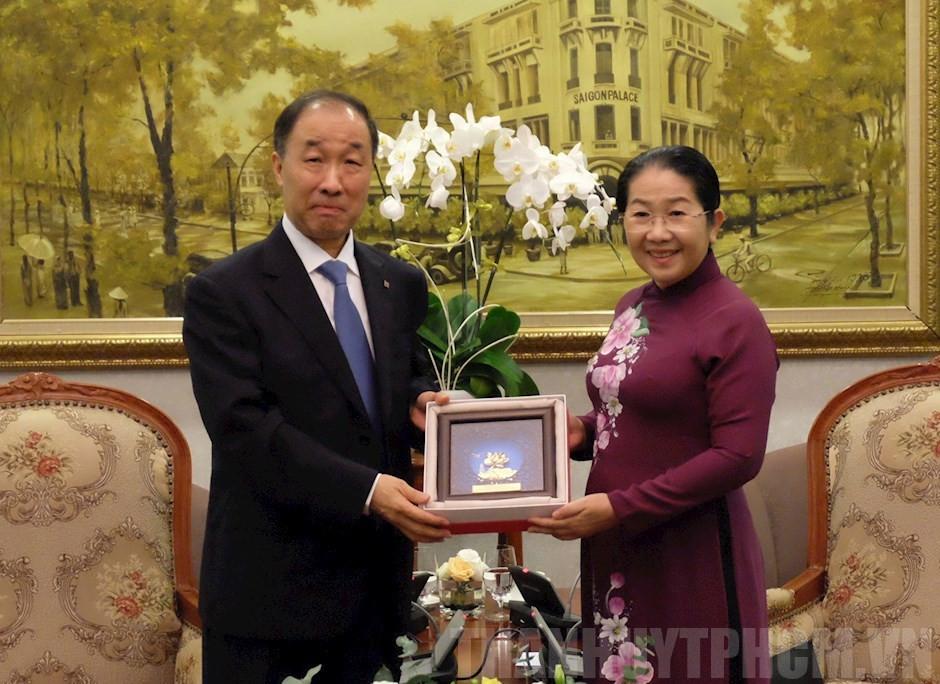 Những bức tranh hoa sen mạ vàng đẹp nhất làm quà tặng ngoại giao 4